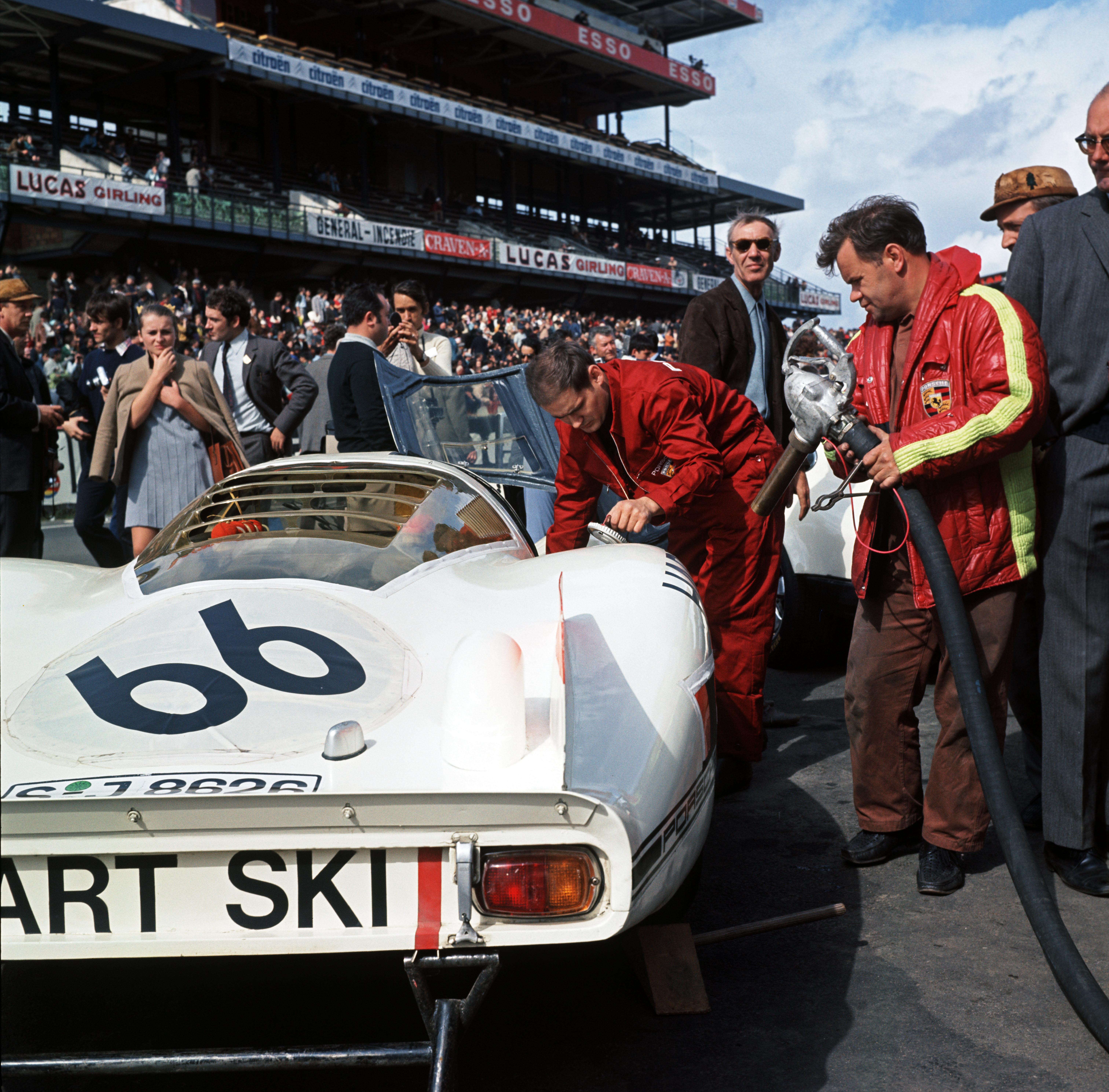 29.09.1968 24h Le Mans; Nr. 66: Rico Steinemann und Dieter Spoerry auf einem 907 LH Coupé; 2. Pl. Ges.Kl. (1. Pl. P 3.0-Klasse); auf der rechten Seite steht Valentin Schäffer