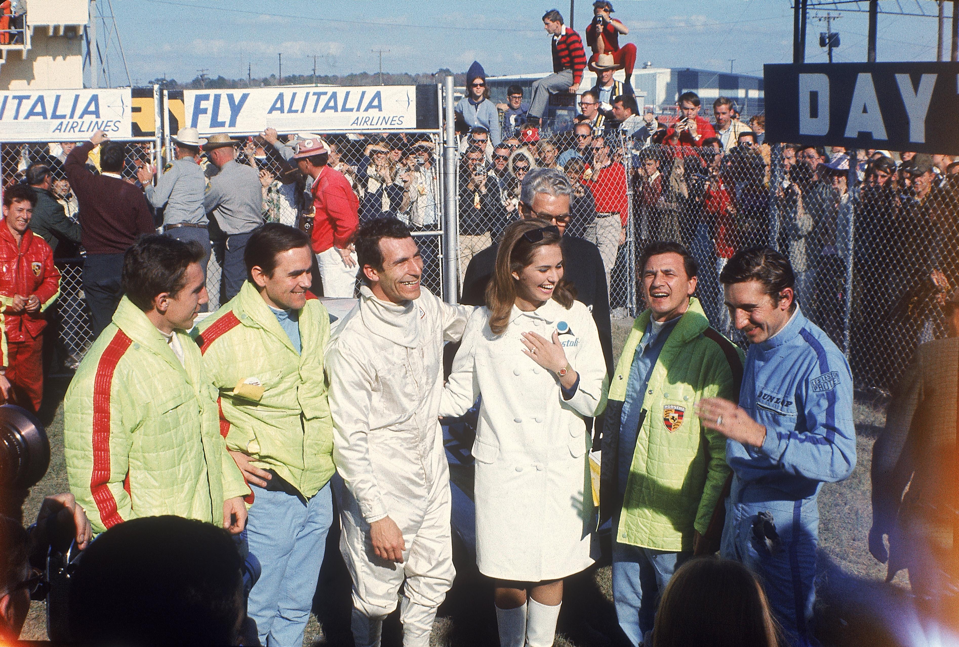 Startaufstellung Nürburgring (1000 km) 1976, in der Mitte mit roter Jacke: Georg Loos, links John Fitzpatrick